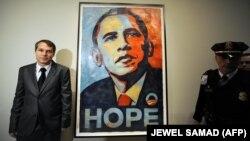 شپارد فیری در کنار پوستر بحثبرانگیز امید
