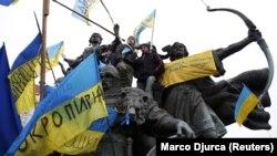 Пам'ятник засновникам Києва на майдані Незалежності під час Революції гідності. Київ, 15 грудня 2013 року