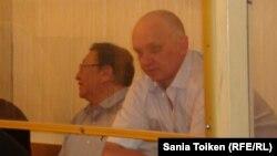Солдан оңға қарай: Серік Сарарғали мен Владимир Козлов сотта отыр. Ақтау, 16 тамыз 2012 жыл.