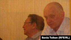 Серік Сапарғали (сол жақта) мен Владимир Козлов сотта отыр. Ақтау, 16 тамыз 2012 жыл.