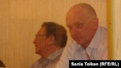 Оппозиционные деятели Серик Сапаргали и Владимир Козлов на суде. Актау, 16 августа 2012 года.