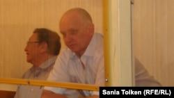 Подсудимые Серик Сапаргали (слева) и Владимир Козлов. Актау, 16 августа 2012 года.