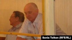 Оппозиционные политики Серик Сапаргали (слева) и Владимир Козлов на скамье подсудимых.
