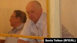 Подсудимые Серик Сапаргали и Владимир Козлов (справа).