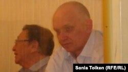Владимир Козлов (оң жақта) пен Серік Сапарғали сот залында. Ақтау, 16 тамыз 2012 жыл.