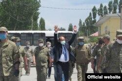 1 июня Абдулла Арипов посетил Сохскую центральную районную больницу, куда были госпитализированы 187 пострадавших жителей района.