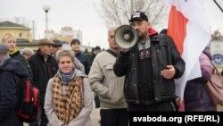 Блогер Сяргей Ціханоўскі і актывістка кампаніі «Маці 328» Тацяна Канеўская падчас пікету
