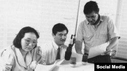 Азаттық радиосы қызметкерлері Мюнхендегі кеңседе (солдан оңға): Нұркамал Пінәр, Әбдіуақап Қара және Мұқабай Енгін.