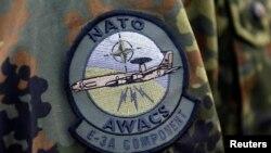 Шеврон АВАКС (военно-воздушной системы наблюдения и контроля) на рукаве формы военнослужащего НАТО