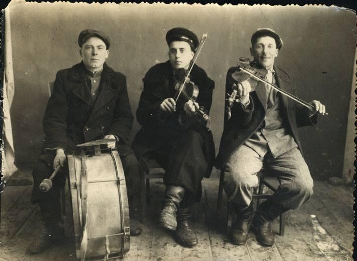 Українська танцювальна традиція розвивалася і за океаном, але місцевий музичний склад зазнав деяких змін. Який інструмент українські емігранти спочатку не використовували?