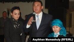 Дети Заманбека Нуркадилова – Куралай, Кайрат и Мерей – на поминках в честь его 70-летия. Алматы, 17 января 2014 года.