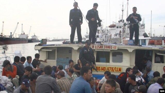 قایق پناهجویان ایرانی و افغان در بندر جاوه اندونزی