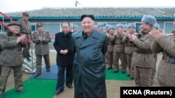 Kim Jong Un ýarag synagyna syn edýär. Arhiw suraty