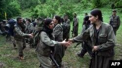 Luftërarët e PKK përshëndeten me shokët e tyre derisa arrijnë qytetin verior irakian të Dohuk, 14 maj 2013