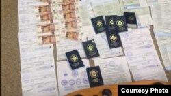 Поддельные медицинские сертификаты. Скриншот видео ГУ МВД по Санкт-Петербургу