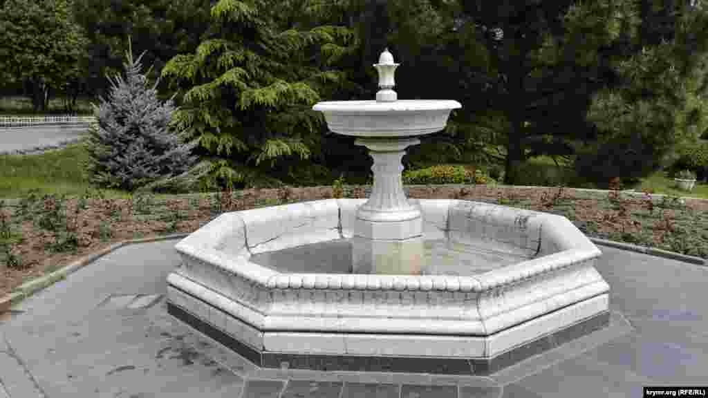 Перед восточным крылом главного корпуса дворца можно увидеть чашу мраморного фонтана