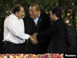 Даниель Ортега с друзьями Уго Чавесом и Махмудом Ахмадинежадом на своей инаугурации. Манагуа, 10 января 2012 года.