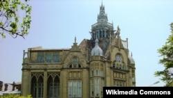 Здание это, одно из самых красивых в Баку, построено в 1911-1912 годах и сегодня известно как «Дворец счастья»