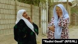 Марзиямо Шарифова (слева) с соседкой