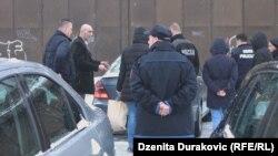 Policija ispred Doma zdravlja, Bihać