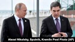 Rus prezidenti Wladimir Putin (çepde) bilen Türkmenistanyň prezidenti Gurbanguly Berdimuhamedow