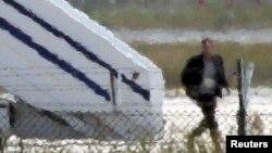 Personi që mendohet se është rrëmbyesi duke u larguar nga aeroplani në aeroportin në Larnaka të Qipros