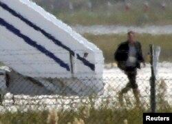 Otmičar napušta avion