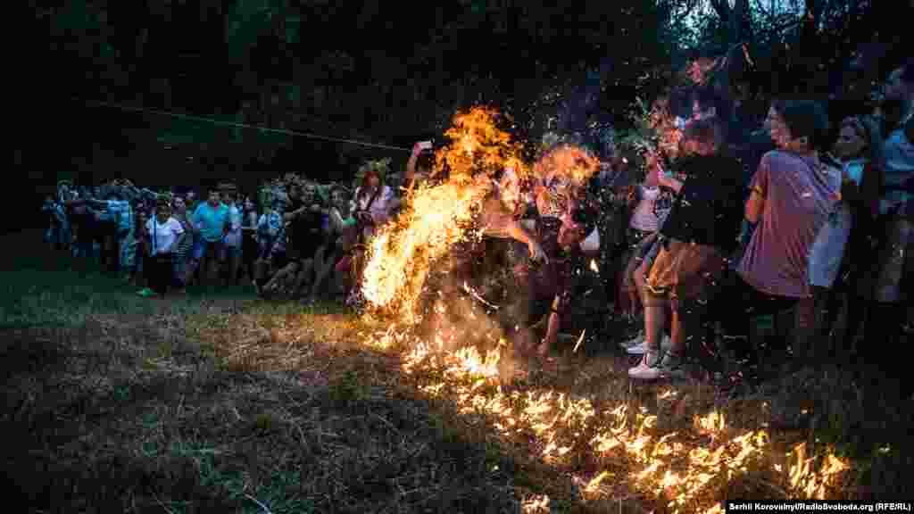 Головна особливість купальської ночі – очищувальне вогнище та різні ігри з вогнем
