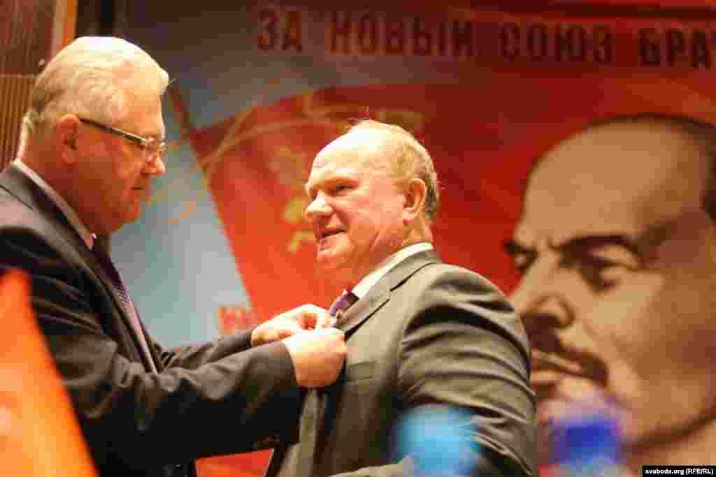 Ігор Карпенко нагороджує Геннадія Зюганова