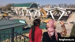Жительницы Ташкента наблюдают за сносом Алайского рынка. Фото взято с сайта информагентства «Фергана».