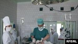 Хирургам пришлось отвлечься от операций, чтобы защитить коллег