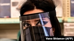 Продавчиня в захисній масці, Тбілісі, Грузія, 1 червня 2020 року
