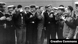 Савецкія і амэрыканскія маракі на Алясцы сьвяткуюць капітуляцыю Японіі, 2 верасьня 1945 году