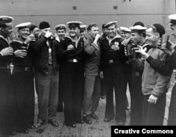 Советские и американские моряки на Аляске отмечают капитуляцию Японии