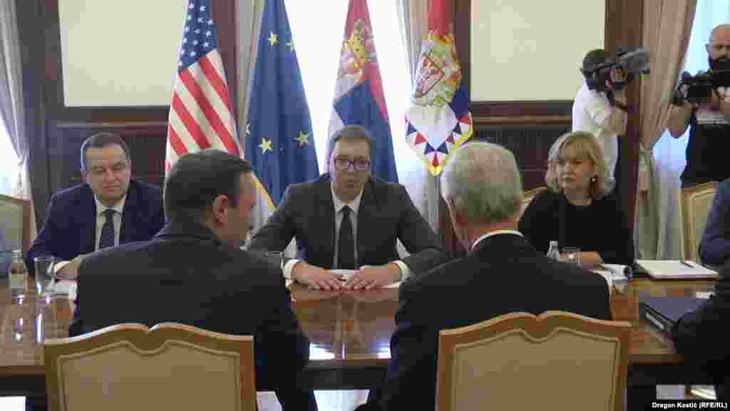 САД / СРБИЈА - Американските сенатори, демократот Крис Марфи и републиканецот Рон Џонсон во Белград разговараа со претседателот на Србија Александар Вучиќ за дијалогот со Приштина, а потоа имаа состанок со членови на пратеничката група за пријателство со САД.