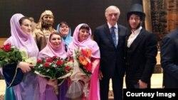 Ərtoğrul Kamalov Dərbənd teatrının aktyorları və Polad Bülbüloğlu ilə birlikdə.