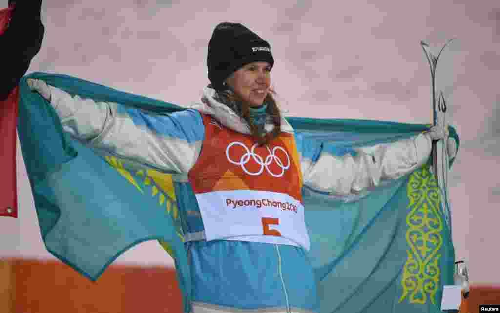 Галышева с казахстанским флагом.