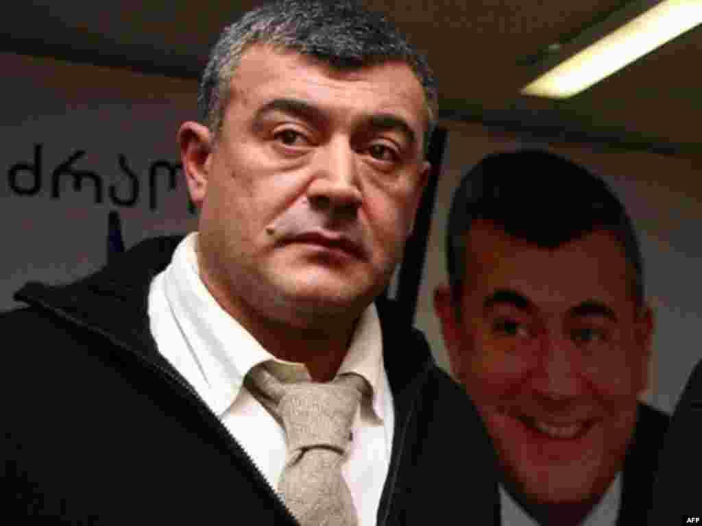 Бердәм оппозиция намзәте Леван Гачечиладзе Саакашвилига иң көчле көндәш дип санала. Җиңгән очракта ул Грузиядә президентлыкны бетереп парламент республикасы ясарга җыена.