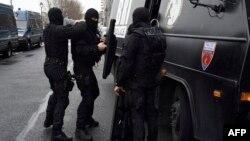 Французские полицейские готовятся к очередному рейду после нападения на редакцию Charlie Hebdo
