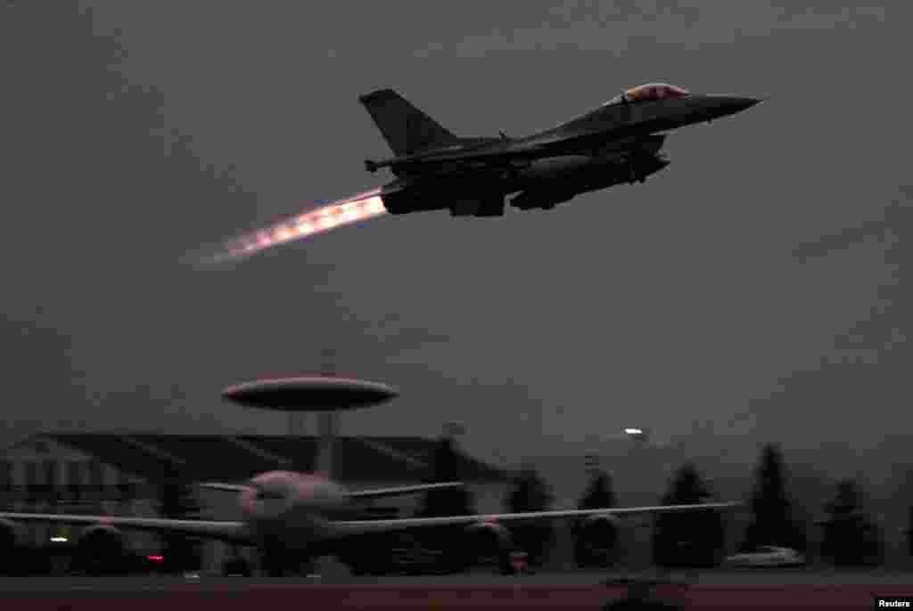 Një aeroplan amerikan F-16 duke u ngritur nga baza e NATO-s, në Aviano të Italisë, për të sulmuar caqet e ushtrisë dhe policisë në Serbi, 24 mars 1999. Vincenzo Pinto/Reuters.