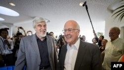83-річний Пітер Гіґґз (п) прибув до ЦЕРН на оголошення 4 липня 2012 року. Його вітає генеральний директор ЦЕРН Рольф-Дітер Гоєр (л)