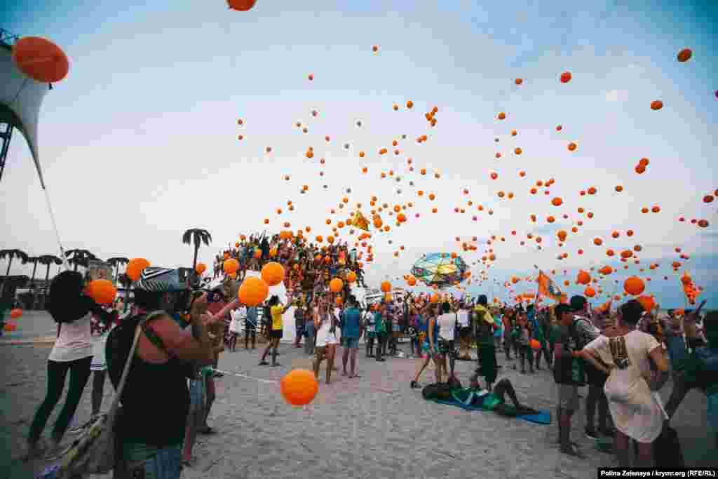 ...відпускати в небо помаранчеві кулі