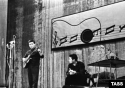 Vysotsky performing in Moscow in 1963