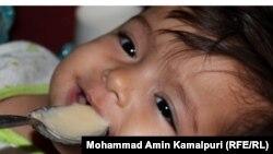 په افغانستان کې یو مور خپل ماشوم مړوي.تصویر ۴ م سپټمبر ۲۰۱۱ م کال