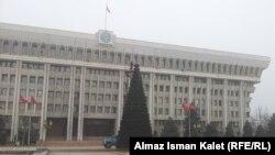 """""""Белый дом"""" - здание, где расположены Жогорку Кенеш и резиденция президента КР, Бишкек, 11 декабря 2012 года."""
