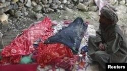 Афганський чоловік біля тіл загиблих внаслідок землетрусу