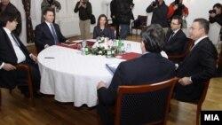 Средбата на премиерот и претседател на ВМРО-ДПМНЕ Никола Груевски и лидерот на СДСМ Бранко Црвенковски на која ќе се обидат да изнајдат решенија за политичката криза и за учество на опозицијата на претстојните избори. На средбата присуствуваат и Мартин Протоѓер, шеф на кабинетот на премиерот Груевски, министерката за внатрешни работи Гордана Јанкулоска, генералниот секретар на СДСМ Андреј Петров и пратеникот Јани Макрадули, 22 јануари 2013.