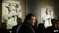 Мрамор Элгина в Британском музее. На переднем плане - министр культуры Греции Евангелос Венизелос, 2002 год.