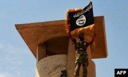 """İŞİD yaraqlısı öz """"xilafəti""""nin bayrağı ilə"""
