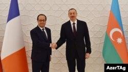 Fransiýanyň prezidenti Fransua Ollande (çepde) we Azerbaýjanyň prezidenti Ylham Alyýew.